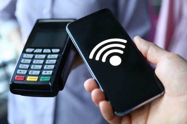 Ludzie posiadają przenośny terminal i smartfon