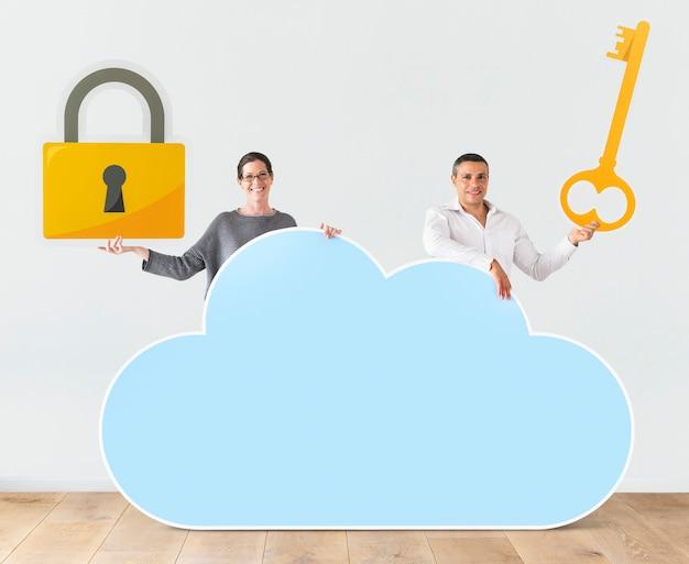 Ludzie posiadający chmury i ikony bezpieczeństwa
