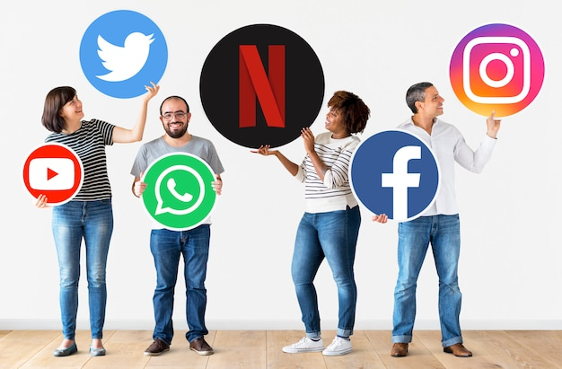 Ludzie posiadający ikony cyfrowych marek