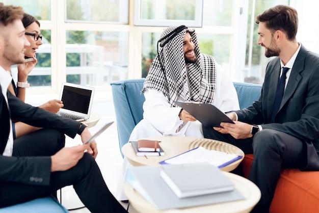 Ludzie pracują z dokumentami biznesowymi.