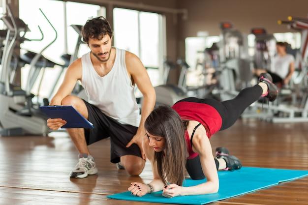 Ludzie pracujący razem na siłowni