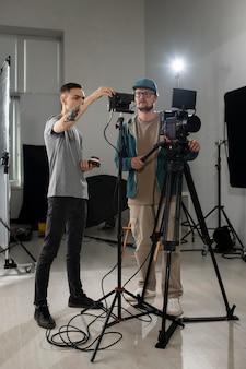 Ludzie pracujący razem nad nowym filmem