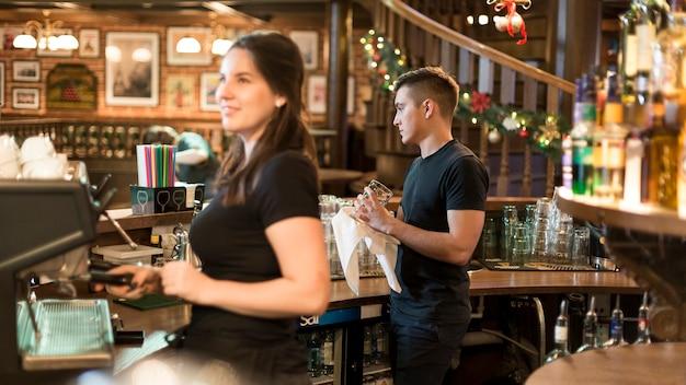 Ludzie pracujący w kawiarni