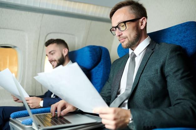 Ludzie pracujący w samolocie