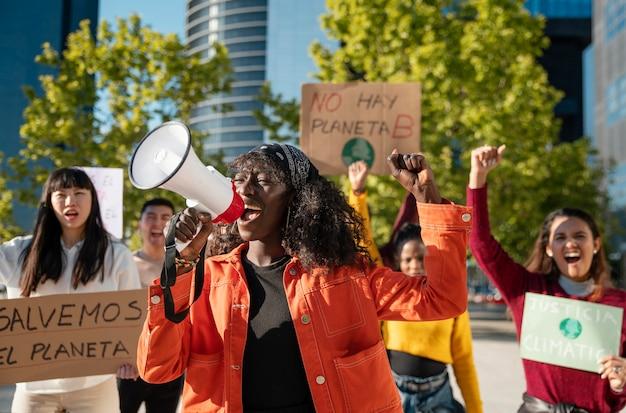 Ludzie protestujący przeciwko średnim strzałom