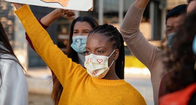 Ludzie protestujący w maskach z bliska