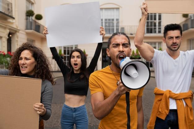 Ludzie protestujący z plakatami z bliska