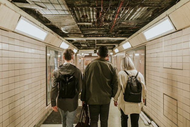 Ludzie przechodzący podziemnym tunelem
