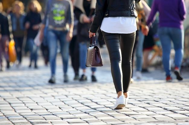 Ludzie przez jezdnię na przejściu dla pieszych