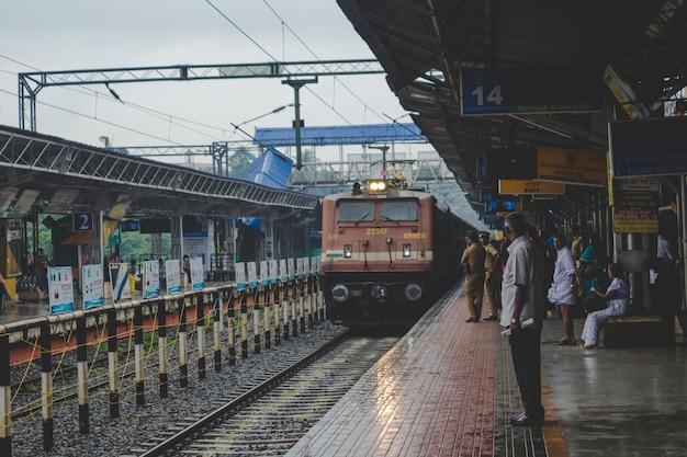 Ludzie przyglądają się, gdy zbliża się pociąg