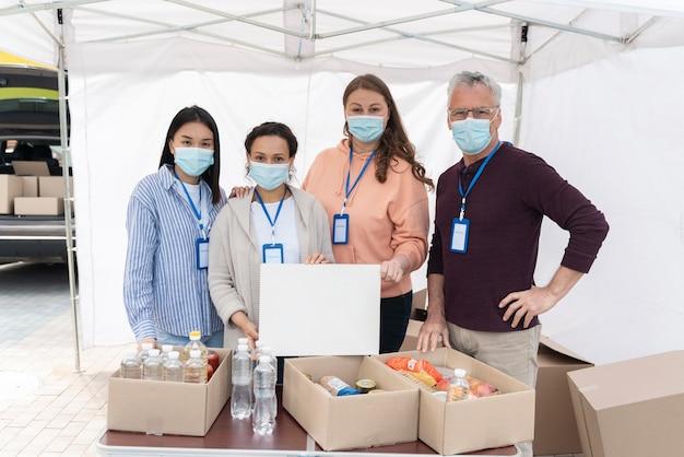 Ludzie przygotowujący bank żywności dla biednych ludzi