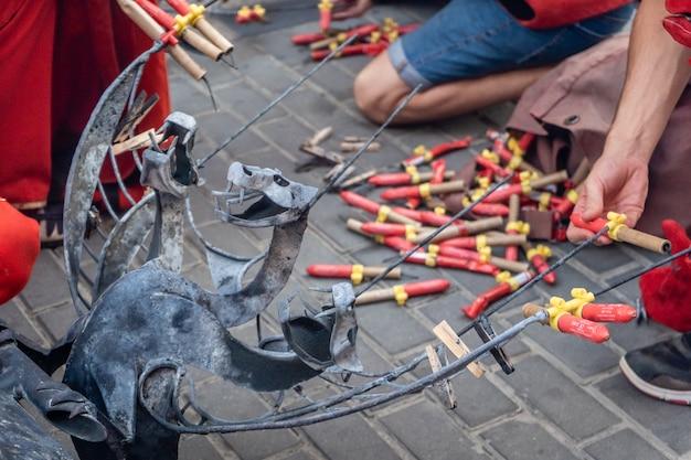 Ludzie przygotowujący fajerwerki