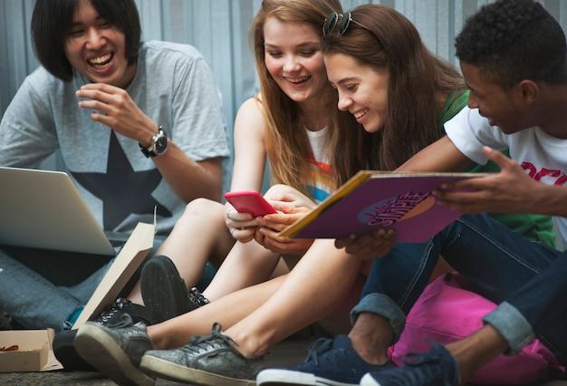 Ludzie przyjaźni więzi aktywności kultury młodzieżowej pojęcie