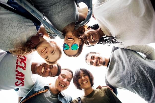 Ludzie przyjaźni więzi skupiają się drużynowego jedności pojęcie