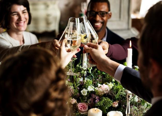 Ludzie przylegają kieliszki do wina na wesele z panną młodą i pana młodego