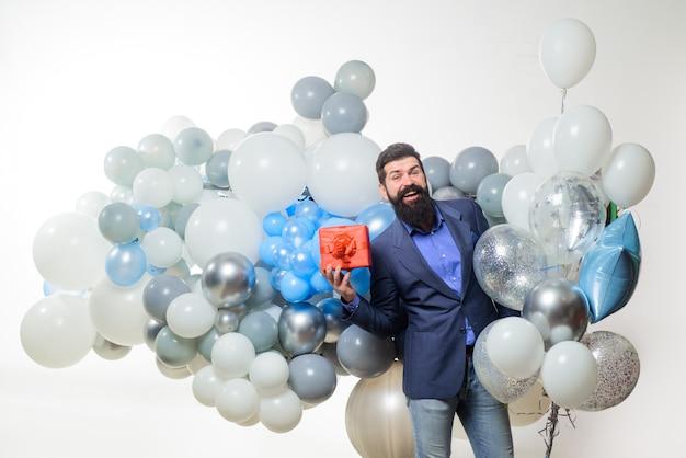 Ludzie radość świętowanie urodzin przystojny mężczyzna świętuje coś brodaty mężczyzna w garniturze trzyma