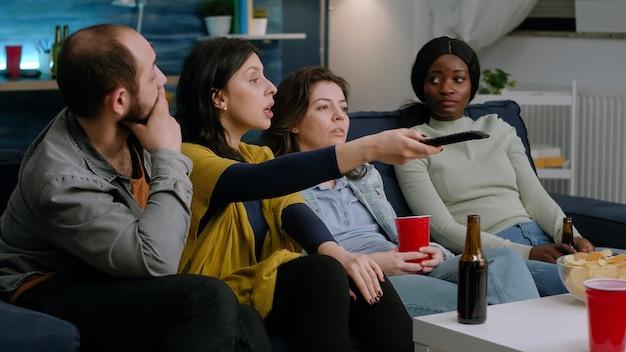 Ludzie rasy mieszanej zmieniają kanały, dopóki nie znajdą zabawnych filmów