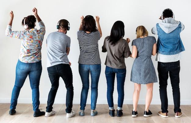 Ludzie razem ciesząc się muzyką