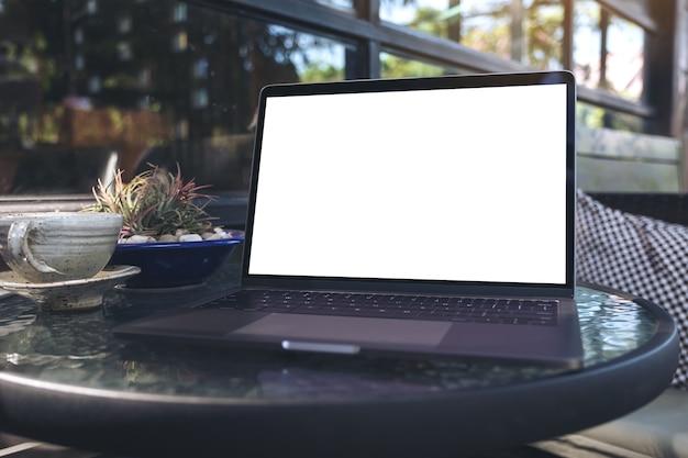 Ludzie ręcznie za pomocą makieta laptopa