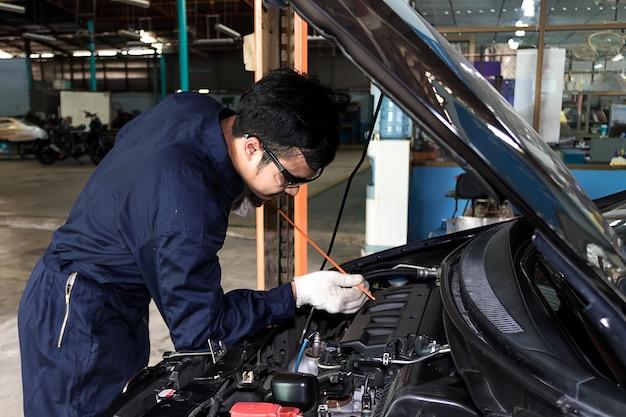 Ludzie regularna opieka nad samochodem sprawia, że samochód jest używany. bezpieczny i pewny jazdy.