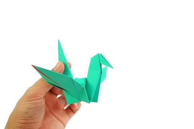 Ludzie ręka trzyma ptaka origami na białym tle. koncepcja wolności