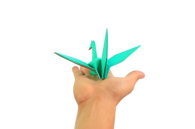 Ludzie ręka z origami ptak na białym tle. koncepcja wolności
