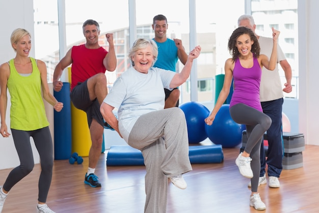 Ludzie robi władzy sprawności fizycznej ćwiczeniu przy sprawności fizycznej studiiem