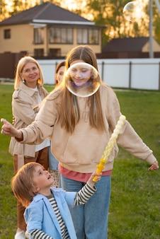 Ludzie robią balony mydlane