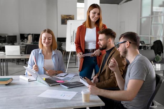 Ludzie robią burzę mózgów na spotkaniu roboczym