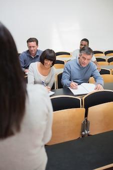 Ludzie robią notatki w wykładzie