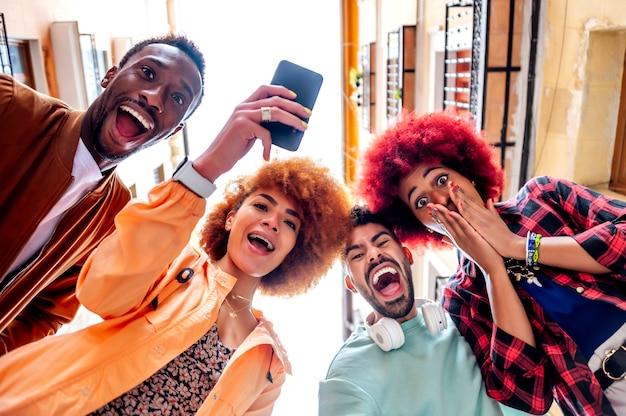 Ludzie robią pełne emocji gesty, kiedy widzą telefon komórkowy