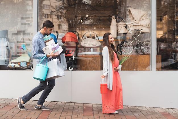 Ludzie robią zakupy w centrum handlowym.