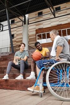Ludzie rozmawiają o meczu koszykówki