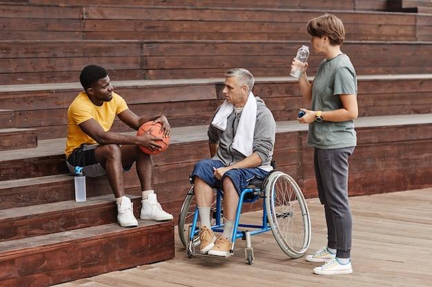 Ludzie rozmawiają po meczu koszykówki