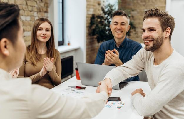 Ludzie rozmawiający na spotkaniu biznesowym