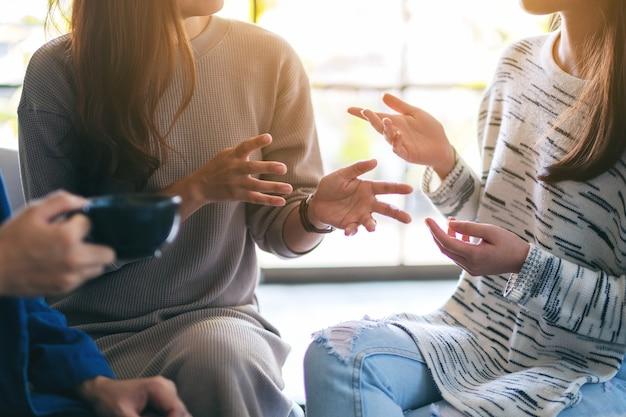 Ludzie siedzą i rozmawiają razem