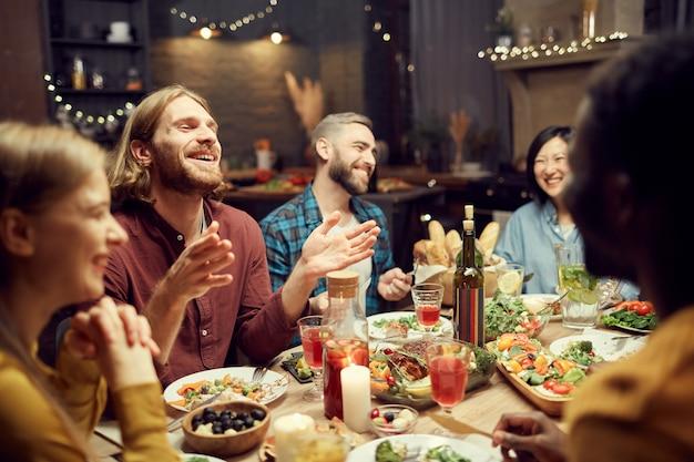 Ludzie śmieją się przy stole