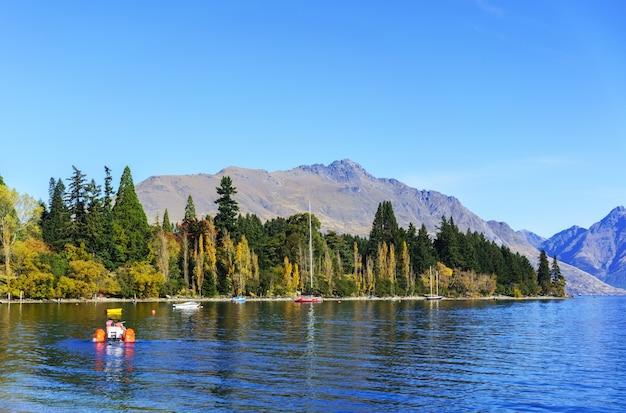 Ludzie spędzający czas na rekreacji z pięknego weekendu nad jeziorem wakatipu w queenstown na wyspie południowej nowej zelandii