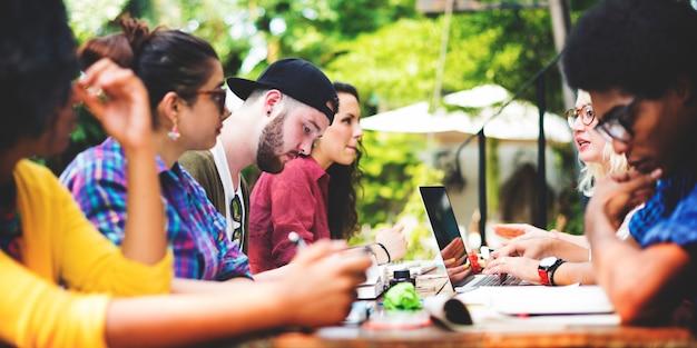 Ludzie spędzający wolny czas siedzą różnorodną wspólną technologię