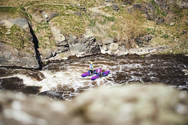 Ludzie spływają rzeką bystrza. turystyka ekstremalna.