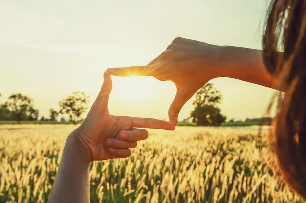 Ludzie sprawiają, że kadrowanie dłoni wygląda z daleka