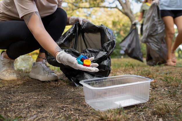 Ludzie sprzątający śmieci z natury
