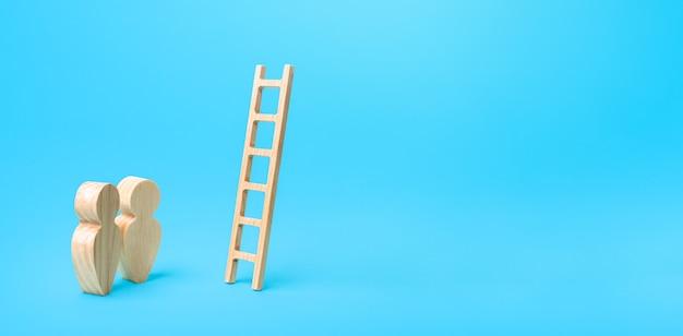 Ludzie stoją w pobliżu drabiny prowadzącej donikąd drabina kariery koncepcja otwartych możliwości szansa