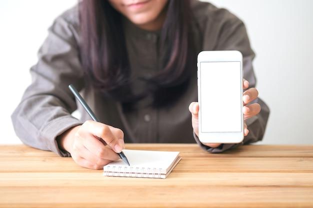 Ludzie strony pisania i korzystania z makieta inteligentny telefon