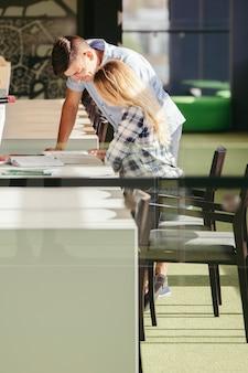 Ludzie studiujący w bibliotece