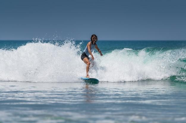 Ludzie surfujący na wybrzeżach varkala w pobliżu trivandrum