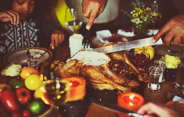 Ludzie świętują dzień dziękczynienia