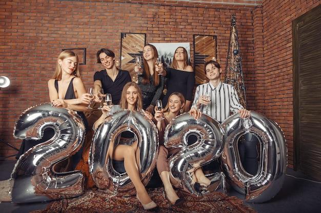 Ludzie świętują nowy rok z dużymi balonami