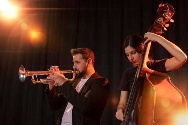 Ludzie świętujący dzień jazzu