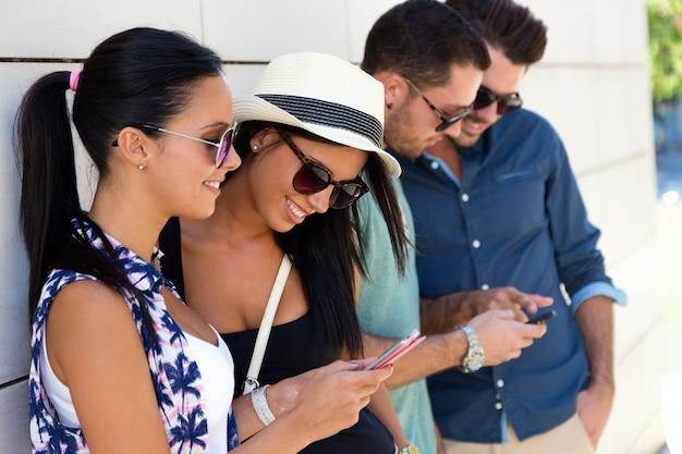 Ludzie telefoniczny młodym kobietom młody człowiek styl życia